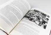 """Pokaż powiększenie powyżej: Niemieckojęzyczne wydanie książki """"Zagłada Żydów w Generalnym Gubernatorstwie""""."""