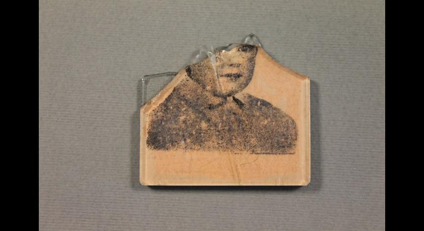 Fragment lusterka ze zdjęciem dziecka