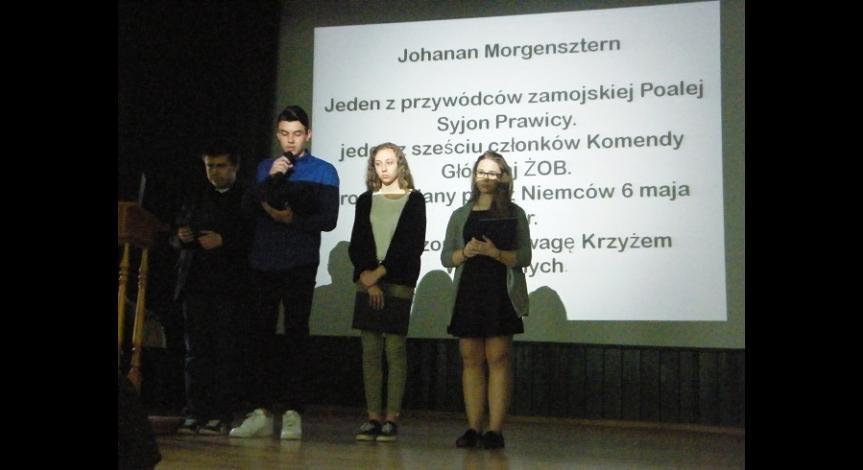 Powiększ obraz: Uczniowie prezentują efekty swojej pracy