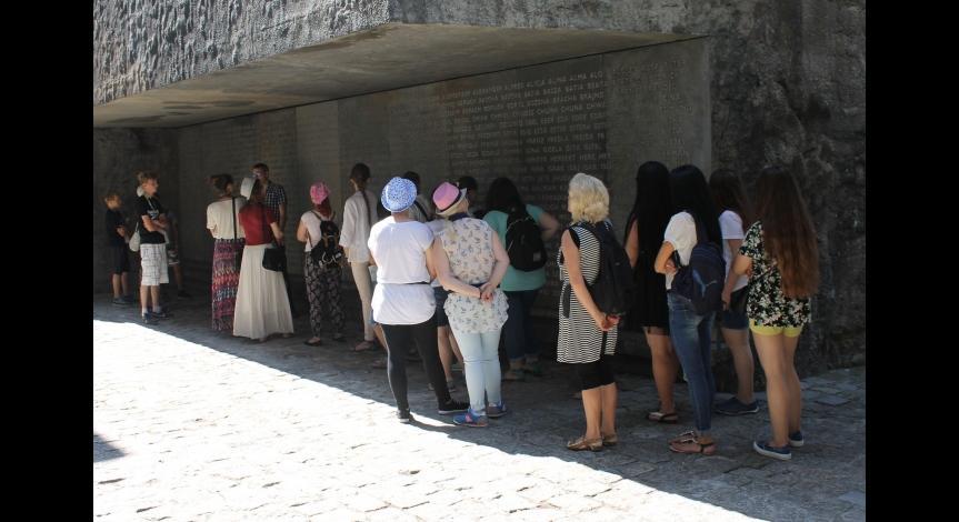 Powiększ obraz: Uczestnicy Światowych Dni Młodzieży na terenie upamiętnienia Muzeum - Miejsca Pamięci w Bełżcu