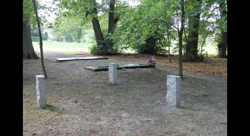 Powiększ obraz: Uporządkowany pomnik pamięci Romów i Sinti zamordowanych i zmarłych w obozie pracy w Bełżcu w 1940 r.