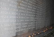"""Pokaż powiększenie powyżej: Znicze zapalone w Niszy Ohel przez uczestników projektu """"Pamiętać o przeszłości dla przyszłości"""""""
