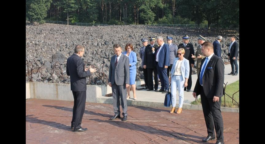 Powiększ obraz:  Wizyta Ministra Spraw Wewnętrznych i Adminstracji Mariusza Błaszczaka w Muzeum w Bełżcu