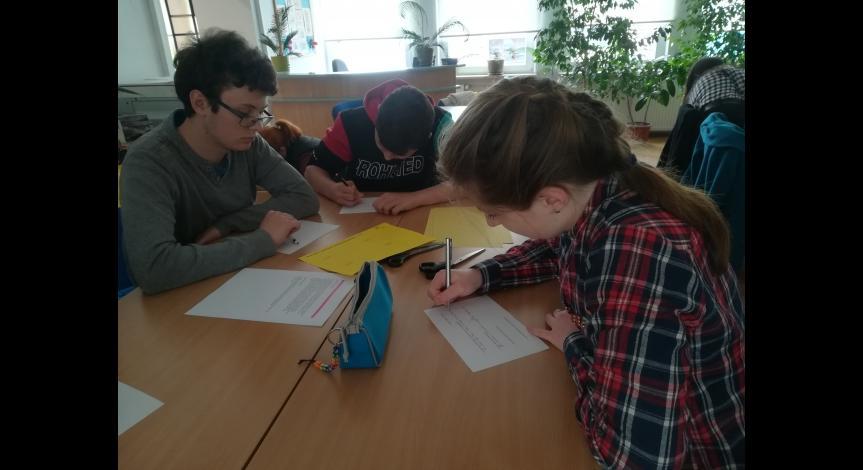 Powiększ obraz: Młodzież w trakcie warsztatów