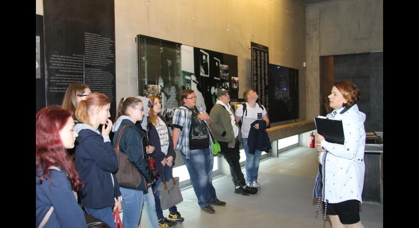 """Powiększ obraz: Uczestnicy projektu """"Pamiętać o przeszłości dla przyszłości"""" na ekspozycji historycznej Muzeum-Miejsca Pamięci w Bełżcu"""