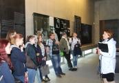 """Pokaż powiększenie powyżej: Uczestnicy projektu """"Pamiętać o przeszłości dla przyszłości"""" na ekspozycji historycznej Muzeum-Miejsca Pamięci w Bełżcu"""