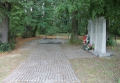 Pokaż powiększenie powyżej: Uporządkowany pomnik pamięci Romów i Sinti zamordowanych i zmarłych w obozie pracy w Bełżcu w 1940 r.