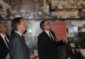 Pokaż powiększenie powyżej:  Wizyta Ministra Spraw Wewnętrznych i Adminstracji Mariusza Błaszczaka w Muzeum w Bełżcu
