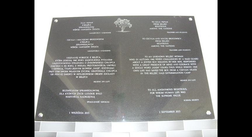 Tablica pamiątkowa ku czci Sprawiedliwych wśród Narodów Świata odsłonięta w 2015 roku w Publicznym Gimanzjum w Bełżcu