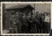 Pokaż powiększenie powyżej: Członkowie załogi wartowniczej przy bramie obozu w Bełżcu