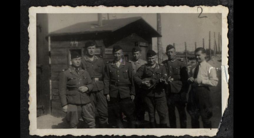 Członkowie załogi wartowniczej przy bramie obozu w Bełżcu